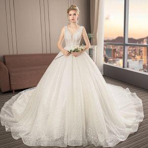 Illusion Ivory / Creme Brautkleider / Hochzeitskleider 2019 A Linie V-Ausschnitt Ärmellos Rückenfreies Perlenstickerei Kathedrale Schleppe Rüschen