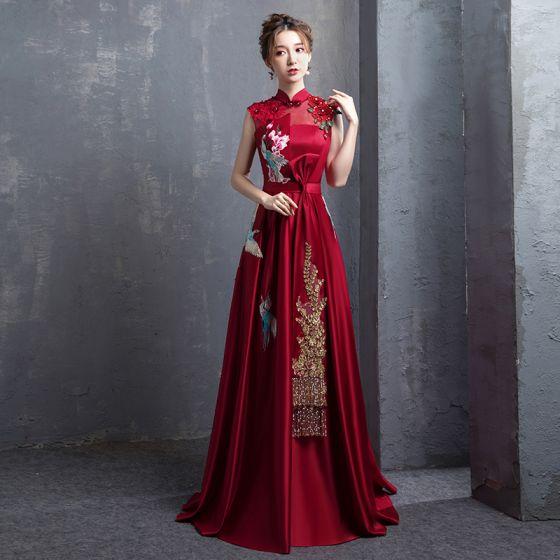 Kinesisk Stil Burgundy Broderade Satin Aftonklänningar 2021 Prinsessa Hög Hals Pärla Rhinestone Rosett Korta ärm Halterneck Långa Formella Klänningar