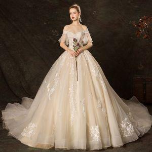 Prisvärd Champagne Bröllopsklänningar 2019 Balklänning Av Axeln Bell ärmar Halterneck Appliqués Spets Pärla Beading Cathedral Train Ruffle