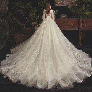 Elegante Champagner Brautkleider / Hochzeitskleider 2019 A Linie V-Ausschnitt Perlenstickerei Perle Spitze Blumen Ärmellos Rückenfreies Kathedrale Schleppe