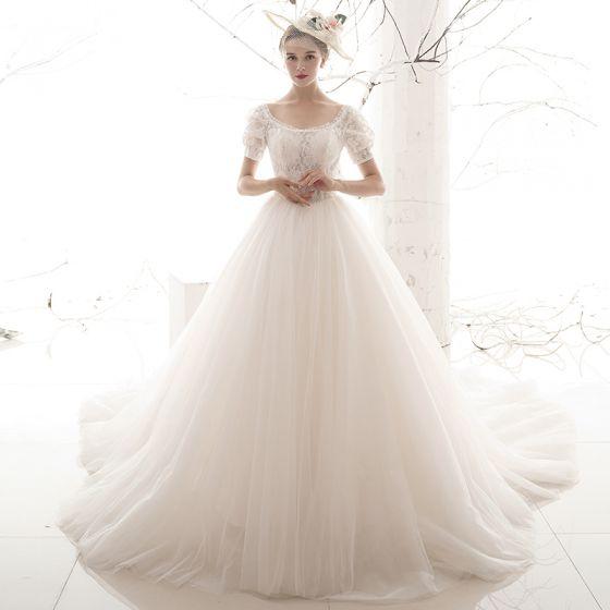 Viktoriansk Stil Vintage Elfenben Spets Bröllopsklänningar 2019 Prinsessa Urringning Pösigt Korta ärm Halterneck Chapel Train Ruffle