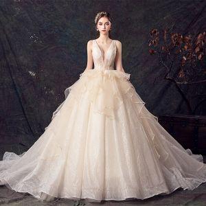 Schöne Champagner Brautkleider / Hochzeitskleider 2019 Ballkleid Durchsichtige Tiefer V-Ausschnitt Ärmellos Rückenfreies Glanz Tülle Kapelle-Schleppe Rüschen