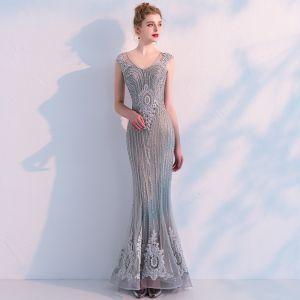 Luksusowe Szary Przezroczyste Sukienki Wieczorowe 2019 Syrena / Rozkloszowane V-Szyja Bez Rękawów Frezowanie Aplikacje Z Koronki Trenem Sweep Wzburzyć Sukienki Wizytowe