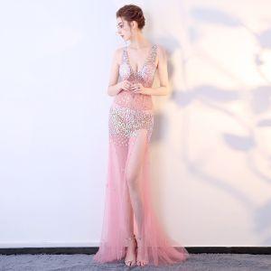 Sexy Pink Durchsichtige Abendkleider 2018 Meerjungfrau V-Ausschnitt Ärmellos Applikationen Pailletten Gespaltete Front Sweep / Pinsel Zug Rüschen Rückenfreies Festliche Kleider