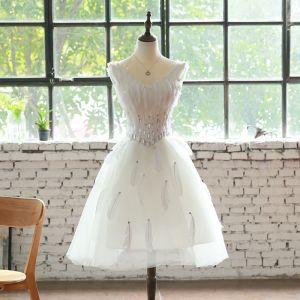 Remise Blanche Robe De Cocktail 2018 Princesse V-Cou Sans Manches Plumes Faux Diamant Mi-Longues Volants Dos Nu Robe De Ceremonie