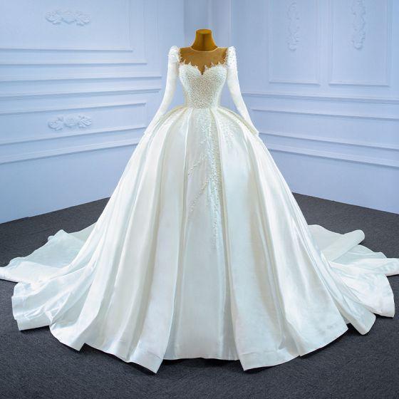 High-end Eleganta Elfenben Pärla Satin Bröllopsklänningar 2021 Balklänning Beading Urringning Långärmad Cathedral Train Bröllop