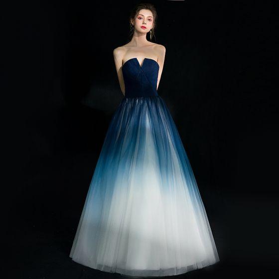 Stylowe / Modne Granatowe Gradient-Kolorów Białe Sukienki Wieczorowe 2018 Princessa Bez Ramiączek Bez Rękawów Długie Wzburzyć Bez Pleców Sukienki Wizytowe