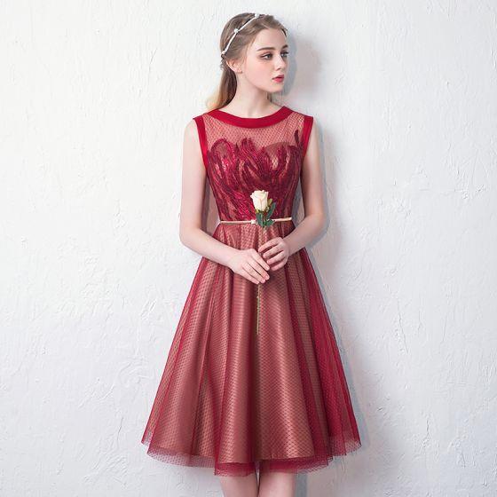 Stylowe / Modne Czerwone Przezroczyste Homecoming Sukienki Na Studniówke 2019 Princessa Wycięciem Bez Rękawów Aplikacje Z Koronki Cekiny Metal Szarfa Długość do kolan Wzburzyć Sukienki Wizytowe