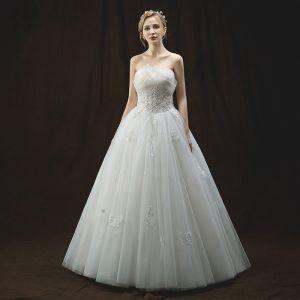 Snygga / Fina Elfenben Bröllopsklänningar 2018 Prinsessa Unika Älskling Ärmlös Halterneck Appliqués Blomma Pärla Beading Paljetter Långa Ruffle