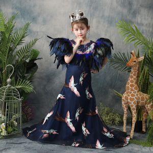 Atemberaubend Marineblau Blumenmädchenkleider 2019 Meerjungfrau Rundhalsausschnitt Ärmellos Feder Perlenstickerei Stickerei Sweep / Pinsel Zug Kleider Für Hochzeit