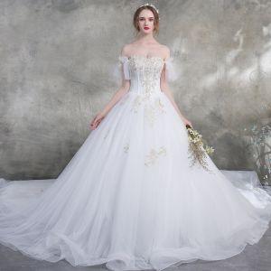 Niedrogie Białe Suknie Ślubne 2018 Suknia Balowa Przy Ramieniu Kótkie Rękawy Bez Pleców Złote Aplikacje Z Koronki Perła Wzburzyć Trenem Katedra