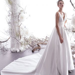 Simple Ivoire Robe De Mariée 2019 Princesse V-Cou Sans Manches Dos Nu Cathedral Train