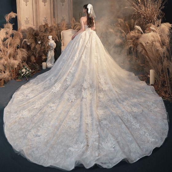 Luksusowe Kość Słoniowa ślubna Suknie Ślubne 2020 Suknia Balowa Kochanie Bez Rękawów Bez Pleców Aplikacje Z Koronki Kwiat Frezowanie Trenem Katedra Wzburzyć