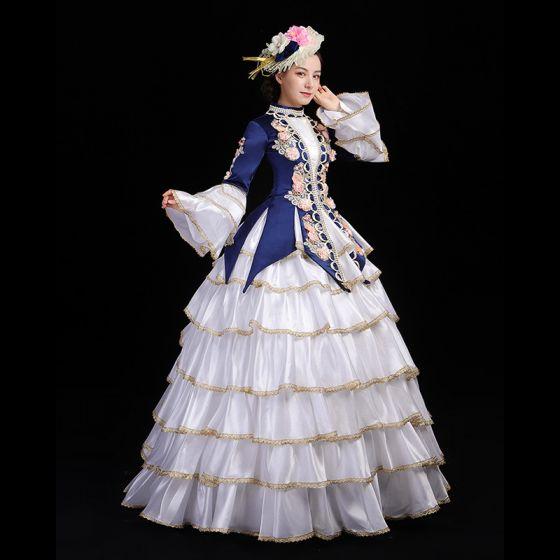 Vintage / Originale Médiévale Blanche Bleu Marine Robe Boule Robe De Bal 2021 Manches Longues Col Haut Longue Dentelle 3D Brodé Fleur Cosplay Promo Robe De Ceremonie