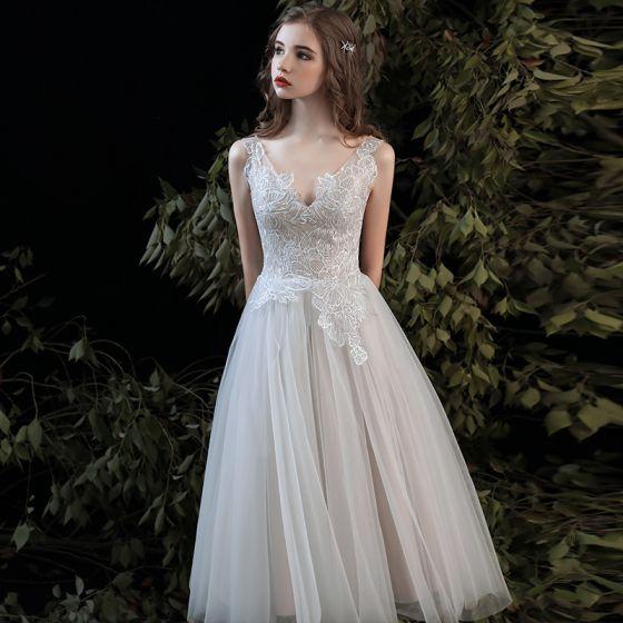 Elegante Champagner Strand Brautkleider / Hochzeitskleider 2020 A Linie V-Ausschnitt Ärmellos Rückenfreies Applikationen Spitze Wadenlang