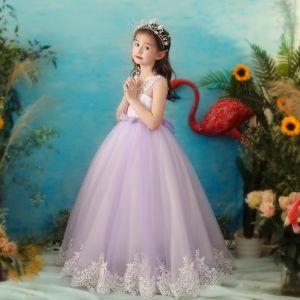 Mooie / Prachtige Lavendel Doorzichtige Bloemenmeisjes Jurken 2019 Baljurk V-Hals Mouwloos Appliques Kant Parel Lange Ruche Jurken Voor Bruiloft