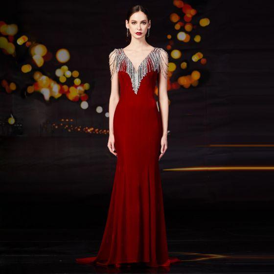 Moda Burgund Welur Sukienki Wieczorowe 2020 Syrena / Rozkloszowane V-Szyja Bez Rękawów Frezowanie Cekiny Kutas Trenem Sweep Wzburzyć Bez Pleców Sukienki Wizytowe