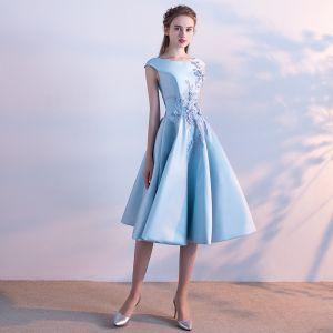 Chic / Belle Bleu Satin de retour Robe De Graduation 2019 Princesse Encolure Carrée Sans Manches Appliques En Dentelle Perlage Perle Thé Longueur Volants Dos Nu Robe De Ceremonie