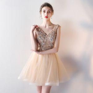 Chic / Belle Champagne Robe De Cocktail 2018 Princesse V-Cou Sans Manches Appliques En Dentelle Faux Diamant Glitter Courte Volants Dos Nu Robe De Ceremonie
