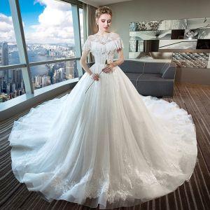 Piękne Kość Słoniowa Suknie Ślubne 2018 Suknia Balowa Z Koronki Frezowanie Cekiny Wycięciem Bez Pleców Kótkie Rękawy Trenem Katedra Ślub