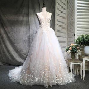 Atemberaubend Champagner Brautkleider 2018 Ballkleid V-Ausschnitt Ärmellos Rückenfreies Applikationen Blumen Perle Rüschen Kapelle-Schleppe