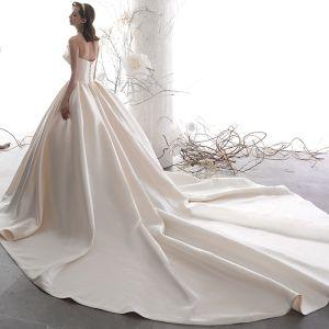 Schlicht Champagner Satin Brautkleider / Hochzeitskleider 2019 A Linie Unique Herz-Ausschnitt Ärmellos Rückenfreies Kathedrale Schleppe Rüschen