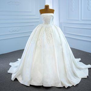 Luksusowe Białe Satyna ślubna Suknie Ślubne 2020 Suknia Balowa Bez Ramiączek Bez Rękawów Bez Pleców Wykonany Ręcznie Frezowanie Perła Trenem Kaplica Wzburzyć