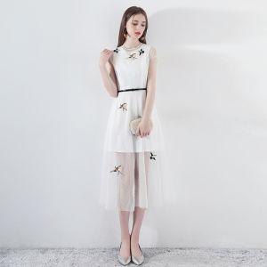 Simple Été Blanche Robe De Soirée 2018 Princesse Encolure Dégagée Mancherons Brodé Ceinture Thé Longueur Robe De Ceremonie