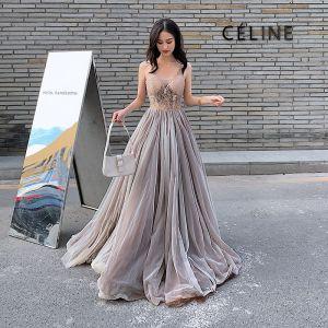 Eleganckie Brązowy Sukienki Wieczorowe 2020 Princessa Spaghetti Pasy Bez Rękawów Frezowanie Długie Wzburzyć Bez Pleców Sukienki Wizytowe
