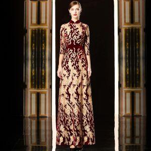 High End Burgunderrot Gold Cheongsam Abendkleider 2020 Etui Durchsichtige Stehkragen 3/4 Ärmel Stickerei Strass Lange Rüschen Festliche Kleider