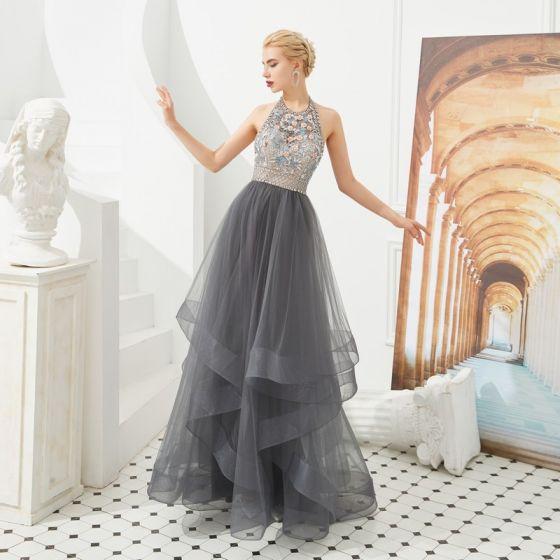 Luxus / Herrlich Grau Abendkleider 2019 A Linie Neckholder Ärmellos Perlenstickerei Lange Fallende Rüsche Rückenfreies Festliche Kleider