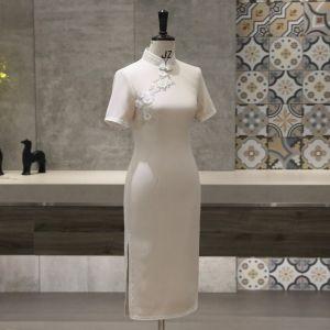 Chinesischer Stil Beige Cheongsam 2020 Stehkragen Kurze Ärmel Applikationen Blumen Perlenstickerei Wadenlang Festliche Kleider