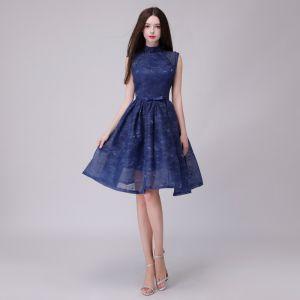 Piękne Granatowe Homecoming Sukienki Na Studniówke 2018 Princessa Frezowanie Cekiny Kokarda Z Koronki Wysokiej Szyi Bez Pleców Bez Rękawów Długość do kolan Sukienki Wizytowe
