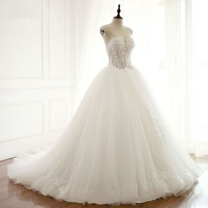 Elegant White Puffy Wedding Dresses 2018 Ball Gown Lace Appliques Sweetheart Backless Sleeveless Cathedral Train Wedding
