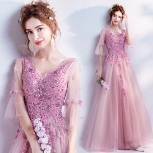 Romantisch Pink Ballkleider 2019 A Linie V-Ausschnitt Glockenhülsen Applikationen Spitze Blumen Perlenstickerei Lange Rüschen Rückenfreies Festliche Kleider