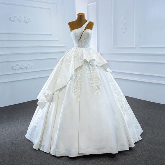 Luksusowe Białe Satyna ślubna Suknie Ślubne 2020 Suknia Balowa Jedno Ramię Bez Rękawów Bez Pleców Aplikacje Z Koronki Wykonany Ręcznie Frezowanie Długie Wzburzyć