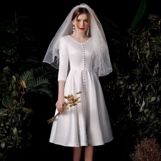 Vintage Elfenben Satin Bryllups Brudekjoler 2020 Prinsesse V-Hals 3/4 Ermer Ryggløse Knelengde Buste