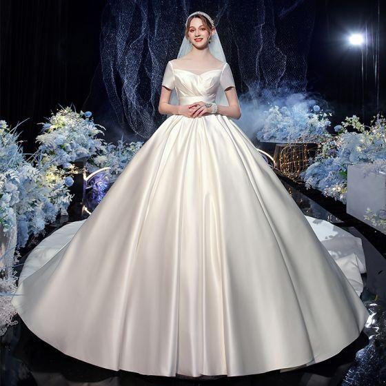Enkla Elfenben Satin Brud Bröllopsklänningar 2020 Balklänning Fyrkantig Ringning Korta ärm Halterneck Cathedral Train Ruffle
