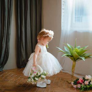 Mooie / Prachtige Witte Bloemenmeisjes Jurken 2020 Baljurk Ronde Hals Mouwloos Appliques Kant Strik Korte Ruche Jurken Voor Bruiloft