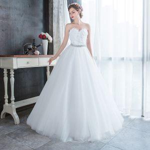 Erschwinglich Weiß Garten / Im Freien Brautkleider / Hochzeitskleider 2019 A Linie Herz-Ausschnitt Ärmellos Feder Strass Stoffgürtel Lange Rüschen