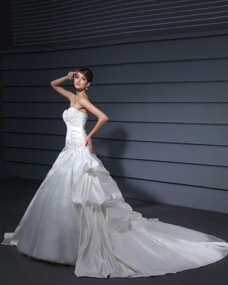 Satin Strapless Plissert Perle Kapell Tog A-linje Brudekjoler Bryllupskjoler
