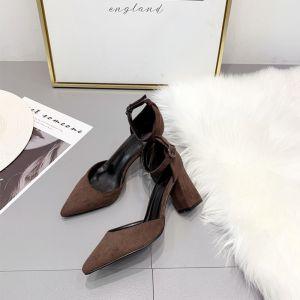 Sexy Braun Sommer Strassenmode Sandalen Damen 2020 Wildleder Knöchelriemen 8 cm Thick Heels Spitzschuh Sandaletten