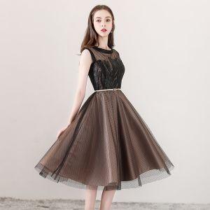 Modern / Fashion Brown See-through Homecoming Graduation Dresses 2018 A-Line / Princess Scoop Neck Sleeveless Appliques Pierced Lace Metal Sash Knee-Length Ruffle Formal Dresses
