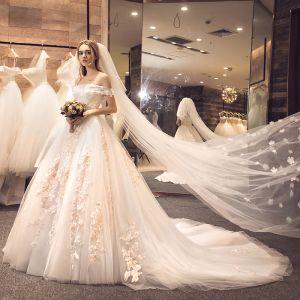 Maravilloso Blanco Vestidos De Novia 2018 A-Line / Princess Fuera Del Hombro Manga Corta Apliques Con Encaje Flor Correas Cruzadas Ruffle Tul Chapel Train
