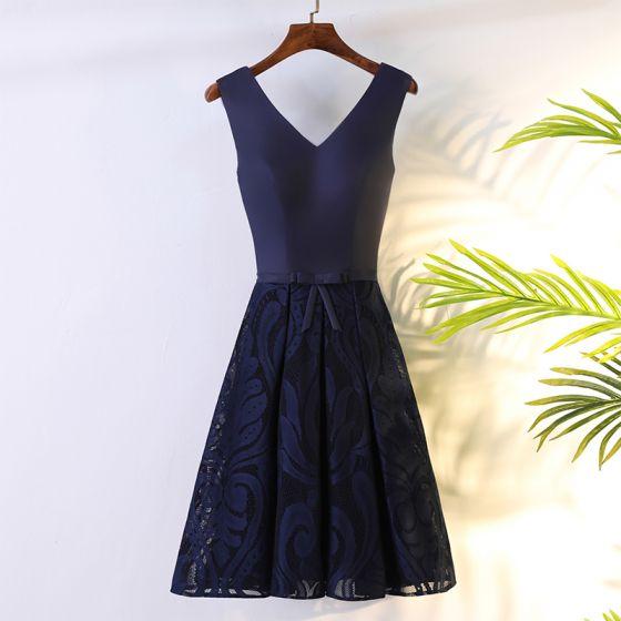 Schöne Marineblau Abiballkleider 2017 A Linie Mit Spitze Blumen Schleife Rückenfreies V-Ausschnitt Ärmellos Kurze Festliche Kleider