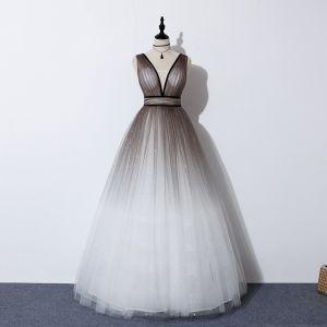 Encantador Marrón Degradado De Color Blanco Bailando Vestidos de gala 2020 A-Line / Princess V-cuello Profundo Sin Mangas Glitter Tul Cinturón Largos Ruffle Sin Espalda Vestidos Formales