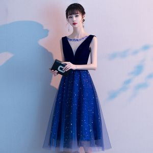 Chic / Belle Bleu Roi de retour Robe De Graduation 2020 Princesse Transparentes Encolure Dégagée Sans Manches Faux Diamant Paillettes Thé Longueur Volants Dos Nu Robe De Ceremonie