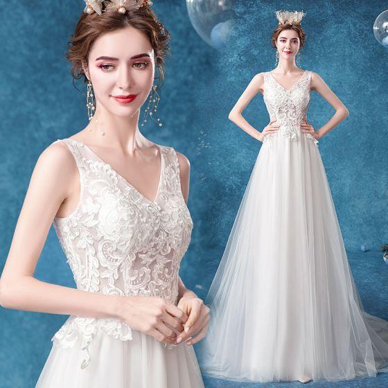 Elegante Ivory / Creme Brautkleider / Hochzeitskleider 2020 A Linie V-Ausschnitt Spitze Blumen Ärmellos Rückenfreies Sweep / Pinsel Zug
