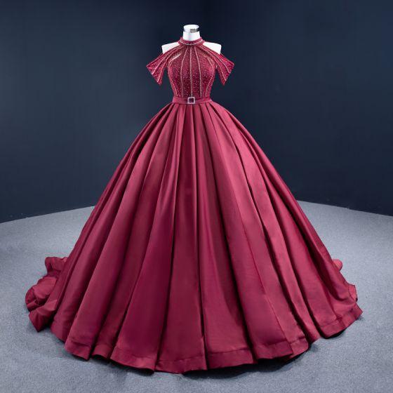 Magnífico Borgoña Quinceañera Hecho a mano Vestidos de gala 2021 Halter Sin Mangas Color Sólido Satén Ball Gown Alfombra roja Rebordear Vestidos Formales Colas De La Corte
