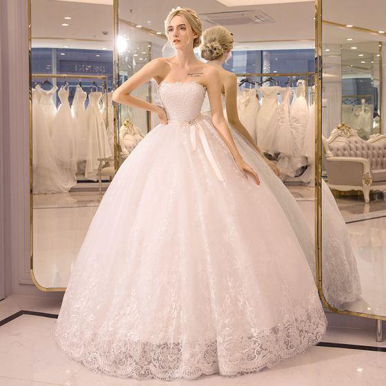 Piękne Sala Suknie Ślubne 2017 Białe Suknia Balowa Długie Bez Ramiączek Bez Rękawów Bez Pleców Perła Z Koronki Aplikacje Rhinestone Szarfa